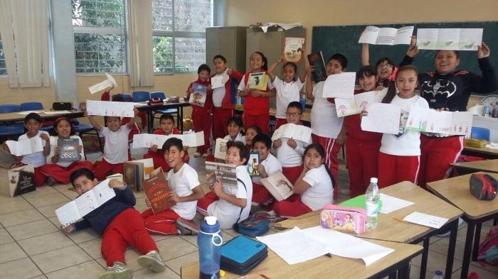 Grupo sonriente con libros -IMG_8852